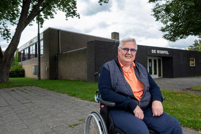SSS-voorzitter Chris Hengeveld bij gymzaal De Wimpel, die flink wordt uitgebreid voor de turnvereniging.