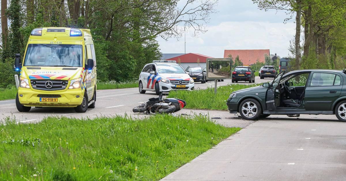 Twee gewonden bij botsing tussen scooter en auto op Kuinderweg bij Emmeloord.