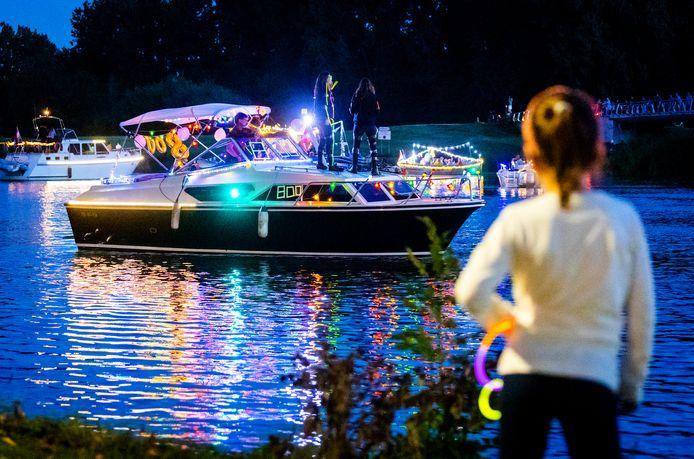 De verlichte boten trokken over het Wantij.