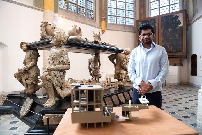 Charan Rozendaal presenteerde voor de zomer een ontwerp voor toekomstige koninklijke uitvaarten in de Grote Kerk van Breda.. Hier met maquette bij het praalgraf van Graaf Engelbrecht II in Breda