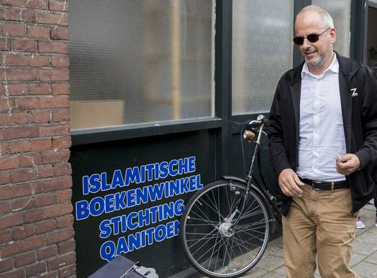 PvdE-lijsttrekker Arnoud van Doorn verlaat de vestiging van de islamitische Stichting Qanitoen van imam Fawaz.