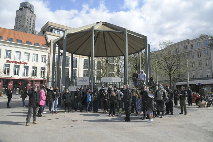 De deelnemers van het protest kwamen voor de foto even dichter bij elkaar.