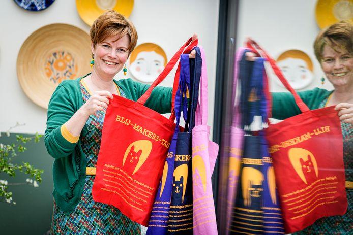"""Brenda de Jong heeft verrassingstassen ontworpen die mensen blij moeten maken. """"Het is niet alleen leuk om zelf de tas te ontvangen, maar ook om de tas vullen."""""""