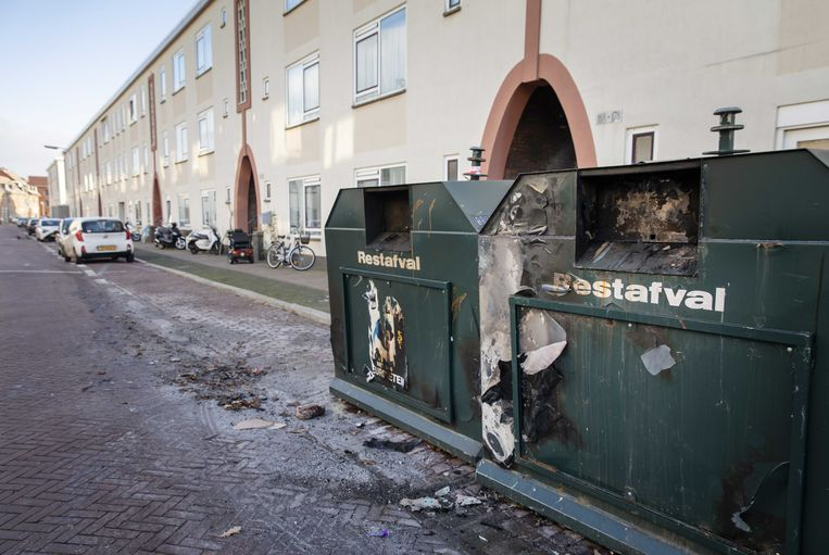 Een uitgebrande afvalcontainer in de Pluvierstraat in de Haagse wijk Duindorp. Beeld ANP