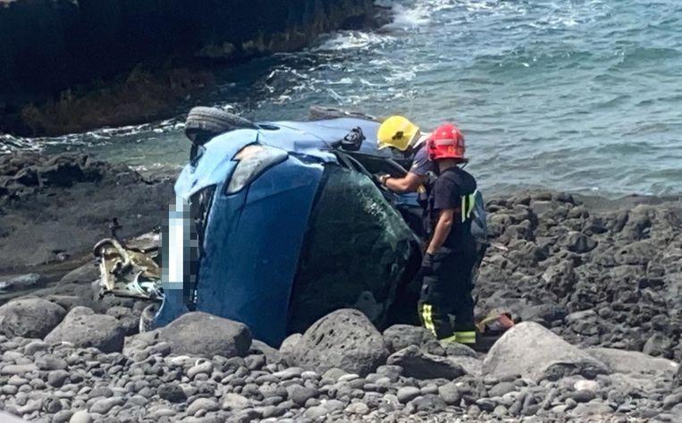 De wagen ging overkop en belandde bijna in zee. Het 59-jarige slachtoffer overleed ter plaatse.