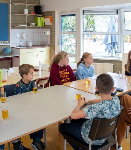 Twee Rhenense burgemeesters op bezoek in de klas