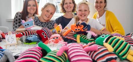 Zorgenmaatjes uit Hengelo maken en verkopen knuffels voor KWF