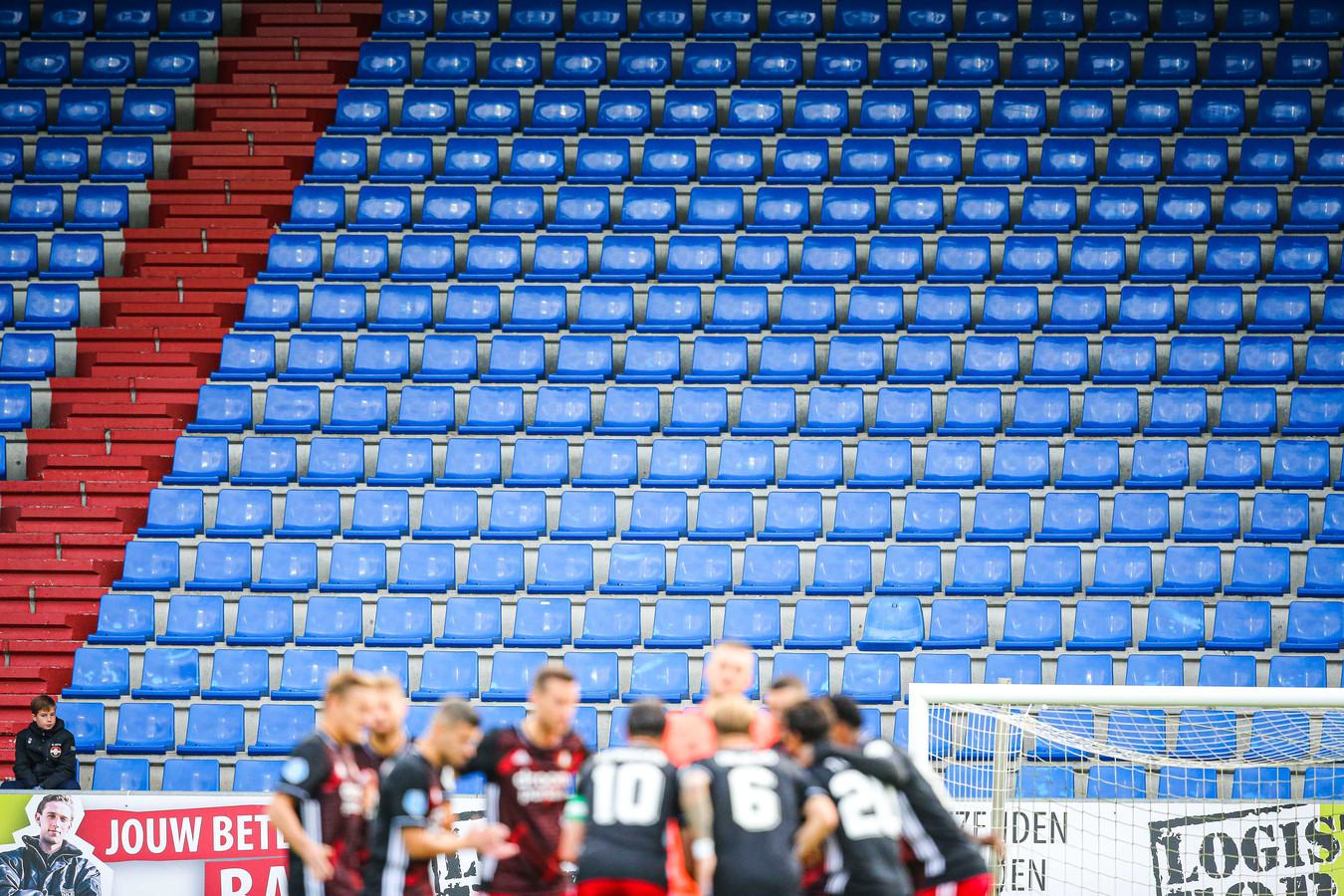 Lege tribunes bij Willem II. Tegen RKC Waalwijk waren er eindelijk weer fans welkom in het stadion.