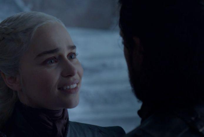Ze is blij om Jon te zien... weet zij veel.