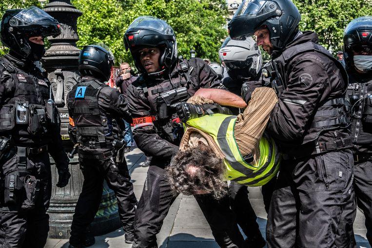 Een verboden Gele Hesjes -bijeenkomst op de Place de la Republique in Parijs wordt door de Franse politie afgebroken. Frankrijk is begonnen met een geleidelijke versoepeling van zijn afsluitmaatregelen en beperkingen tijdens de COVID-19-pandemie, maar de bijeenkomsten van mensen die het quotum van maximaal 10 personen overschrijden, zijn nog steeds niet toegestaan.  Beeld Joris Van Gennip