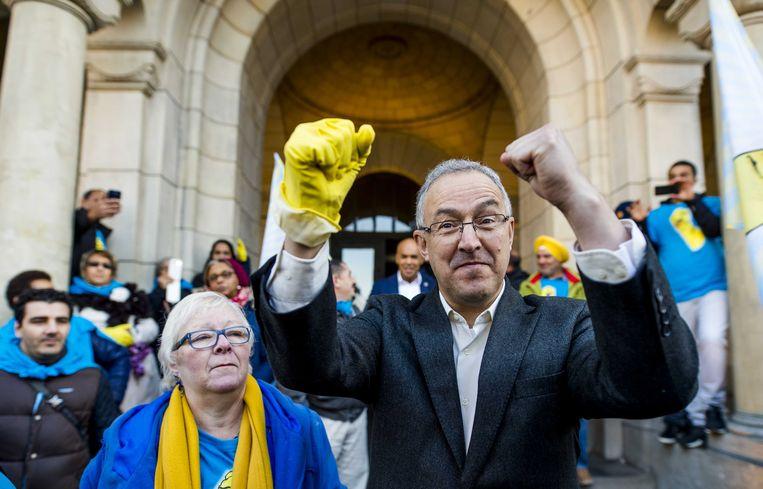 Schoonmakers die lid zijn van de FNV maakten vorig jaar hun voorstellen voor een nieuwe cao bekend in Rotterdam en boden burgemeester Ahmed Aboutaleb een petitie aan. Beeld ANP