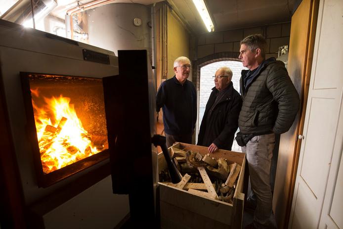Bert Jan Krouwel (links) geeft uitleg tijdens de duurzaamheids huizenroute.