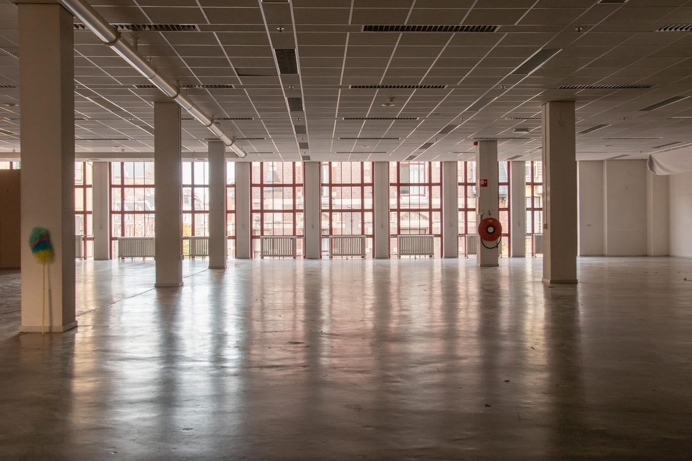 De enorme ruimte in de ontruimde bibliotheek valt op.