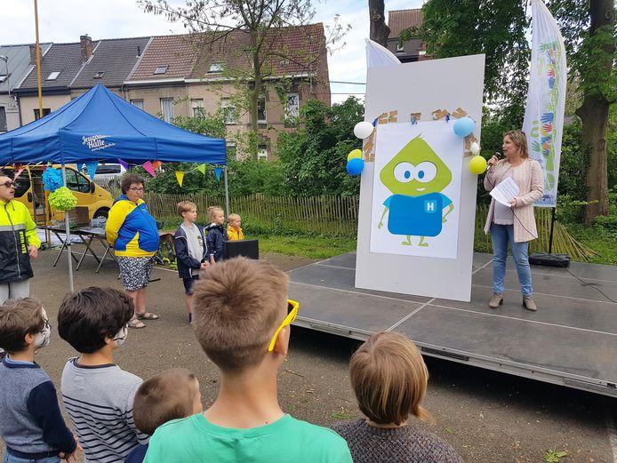 Schepen van Jeugd Dieuwertje Poté (CD&V) stelde de nieuwe kindvriendelijke mascotte voor op de Buitenspeeldag.