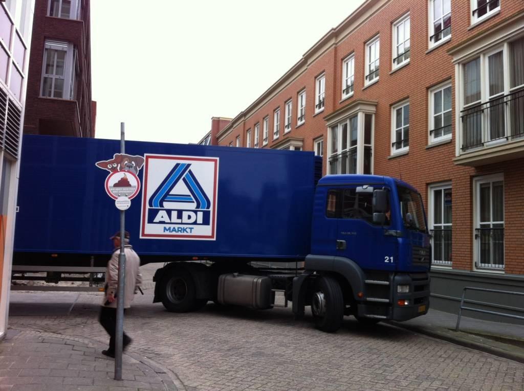Een vrachtwagen levert in 2017 goederen af bij de Aldi in het centrum van Helmond.