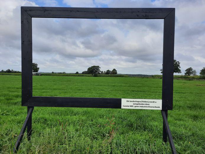 In een lege schilderijenlijst is het terrein te zien waar bedrijventerrein Ligtenbergerveld Oost in Rijssen moet komen.
