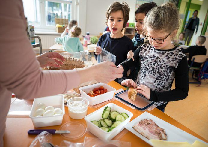 Basisschool Wereldwijs in Landgraaf doet mee aan het onderzoek. Al vier jaar krijgen de leerlingen elke dag gevarieerde lunches en tussendoortjes aangeboden. Bij een bezoek vorig jaar stonden de komkommers en tomaten op het bureau van de juf.