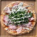 Pizza met nootham, truffel en raketsla
