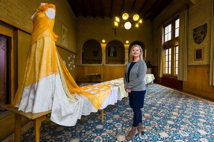 """Ilse Vermeulen bij haar werk """"hoe het loopt"""" tijdens de tentoonstelling over Textiel en leer in het Huis van Waalwijk."""