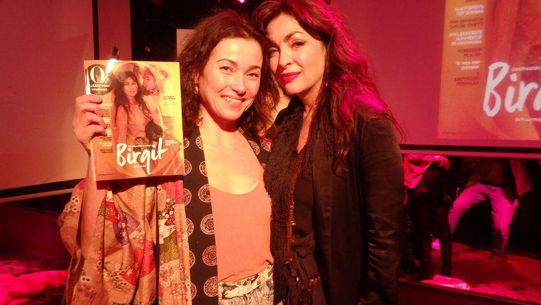 Gelegenheidshoofdredacteur Birgit Schuurman en zangeres Monique Klemann, ter plaatse uitgeroepen tot de mooiste vrouw van Nederland Beeld Schuim
