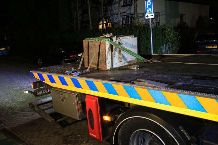 De kluis is met een takelwagen meegenomen.