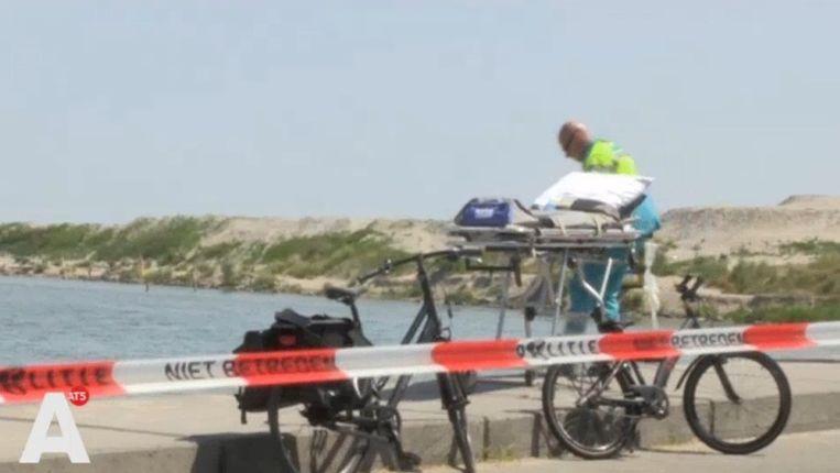 Een politielint bij het strandje waar het ongeval heeft plaatsgevonden. Beeld AT5