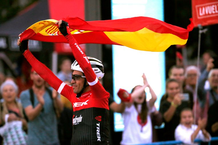 epa06196759 Spanish Alberto Contador of the Trek team waves the Spanish flag at the end of the 21st and last stage of La Vuelta cycling race, over 117.6 km between Arroyomolinos and the finishing line in Madrid, Spain, 10 September 2017.  EPA/Kiko Huesca Beeld EPA