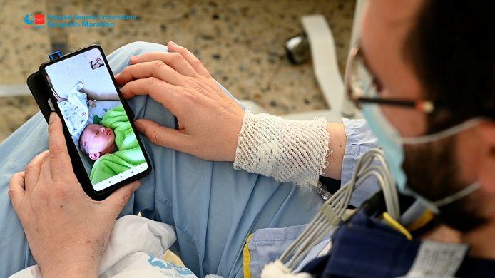 Antonio Salvador onderging een harttransplantatie, terwijl zijn echtgenote Ana Maria Gonzalez aan het bevallen was van hun zoon Samuel. Antonio keek naar zijn pasgeboren zoon via een videogesprek.