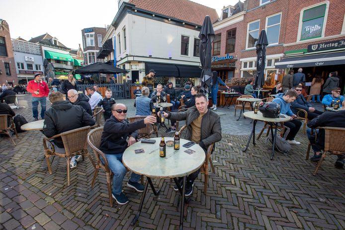 Op dinsdag 2 maart waren 9 terrassen in Vlaardingen tussen 12.00 en 16.15 uur geopend. Aan het einde van de middag sloot de gemeente de terrassen omdat het te druk werd.