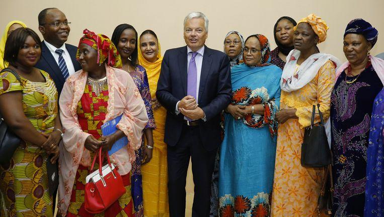 Didier Reynders tijdens een ontmoeting met vrouwen uit het noorden van Mali Beeld belga