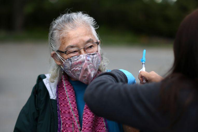 Een non wordt gevaccineerd in Los Angeles.  Beeld REUTERS