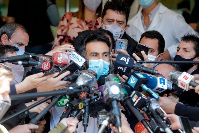 Leopoldo Luque, de lijfarts van Diego Maradona, staat de Argentijnse pers te woord op 4 november 2020. Drie weken later zou Maradona op 60-jarige leeftijd overlijden.
