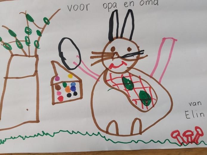 'De paashaas met een mandje vol paaseitjes. Onze 4jarig kleindochtertje Elin hoopt, zoals andere jaren, met Pasen weer gezellig paaseitjes te komen zoeken bij opa en oma in de tuin.'