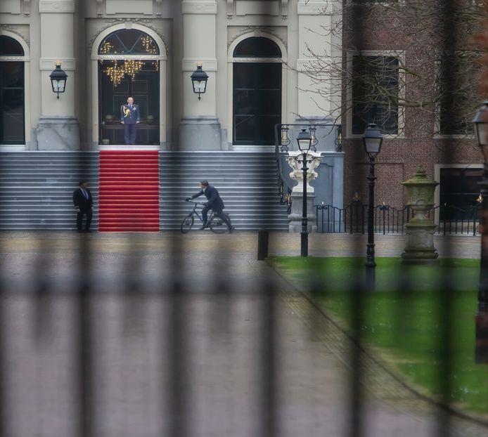 Premier Mark Rutte parkeerde zijn fiets vrijdag voor de trappen van Huis te Bosch om het ontslag van zijn kabinet in te dienen bij de koning.