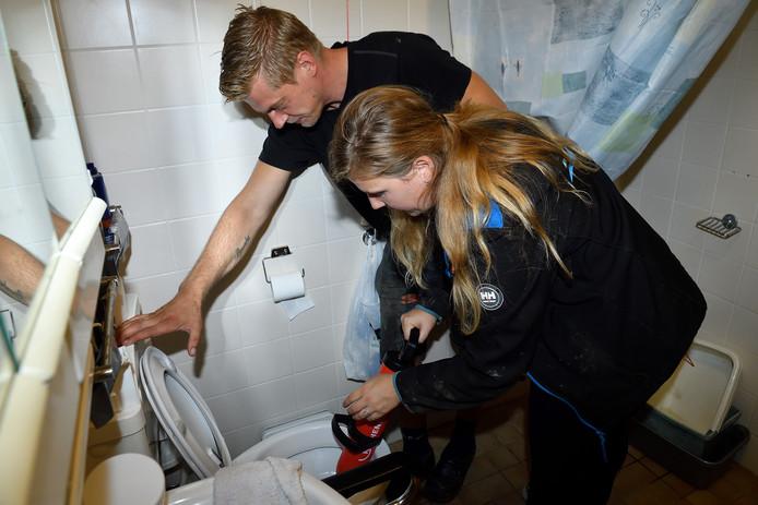 Rioolinspecteur MarcoBoute helpt verslaggever Rachel met de plopper in de verstopte wc.