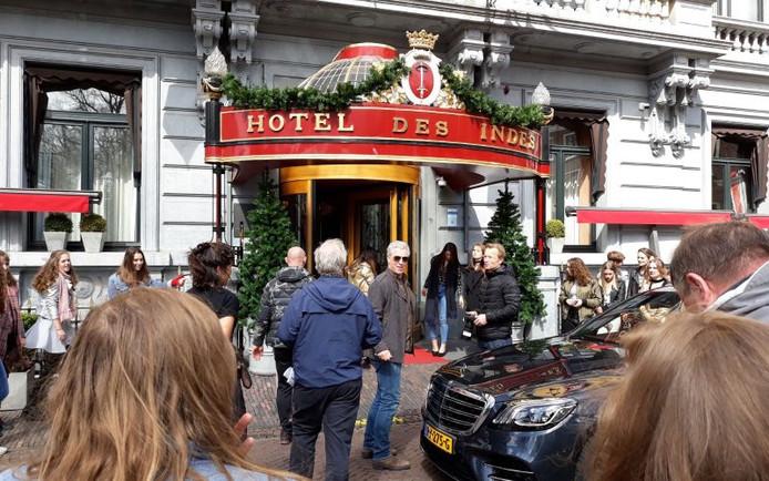 Filmopname All You Need Is Love, met acteur Hajo Bruins, bij Hotel Des Indes in Den Haag.