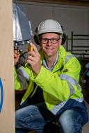 Olst - Michiel Bakker in ondernemer op het gebied van explosieveiligheid en in zijn vrije tijd is ie bijenhouder, imker. Foto's bij verhaal ronald kamps. Foto Rob Voss - www.robvoss.nl