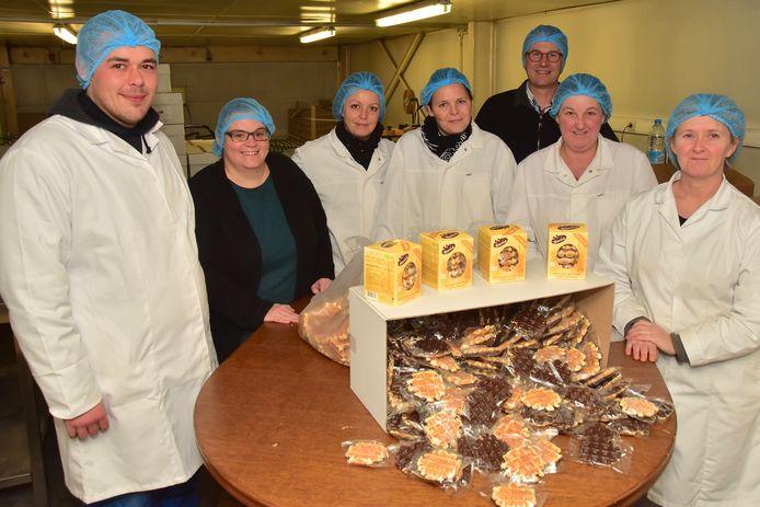 Een deel van de medewerkers, samen met zaakvoerder Didier Clarisse (derde van rechts) in de geïmproviseerde verpakkingsruimte in de loods waar het bedrijf twintig jaar geleden werd opgericht.