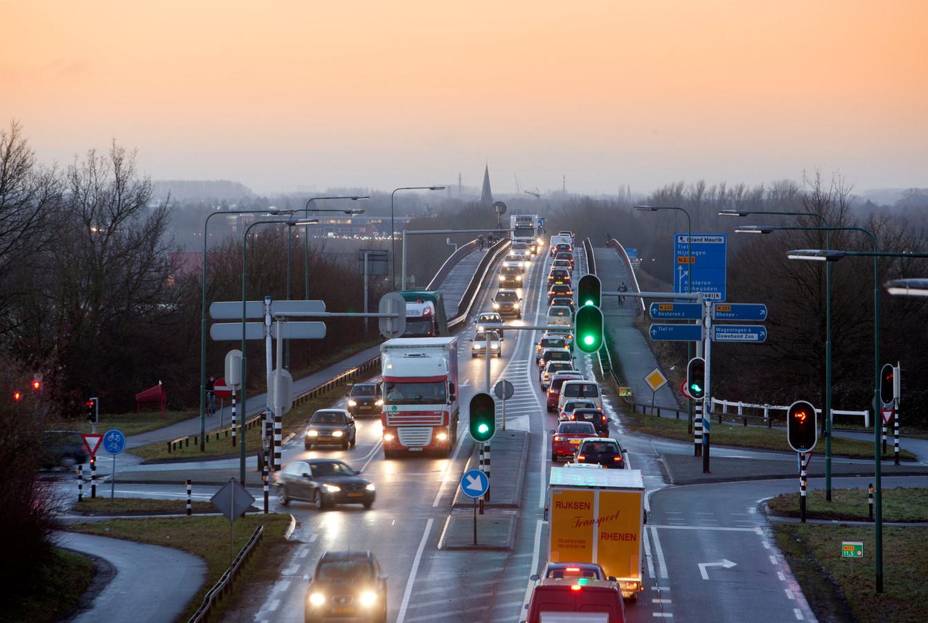 De dagelijkse files voor de Rijnbrug tussen Kesteren en Rhenen.