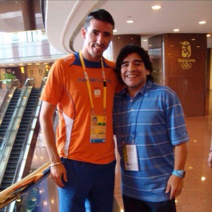 Roy Makaay en Diego Maradona in augustus 2008. Twee maanden later werd Maradona bondscoach van de Argentijnen.
