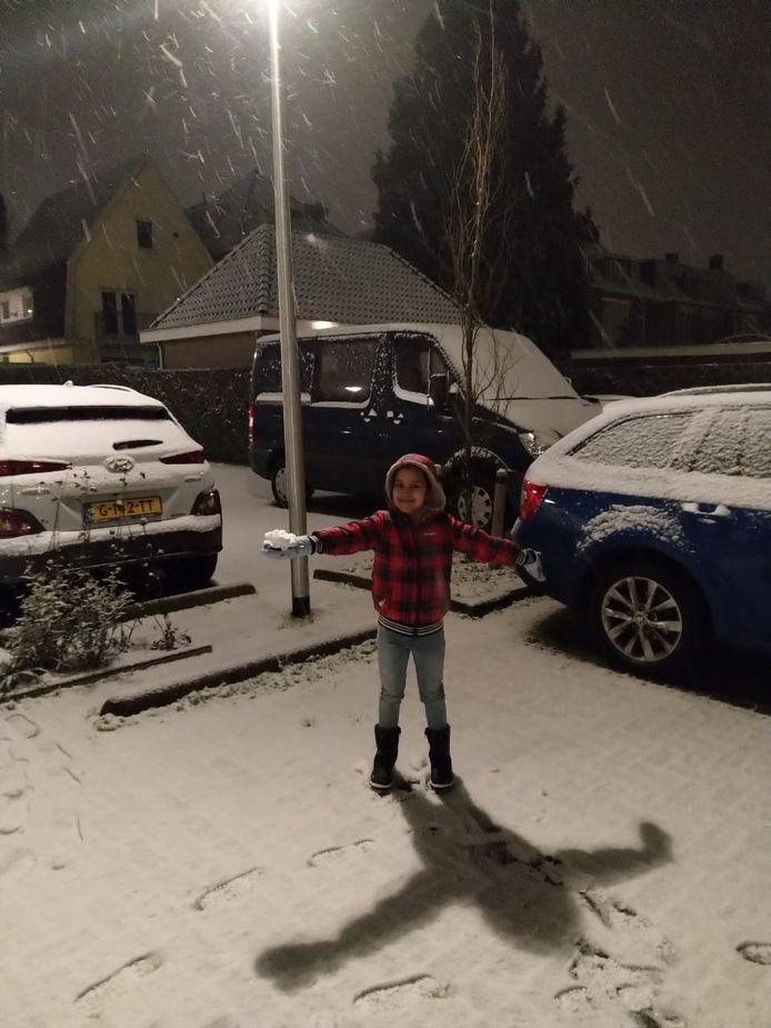 Anshika Singh geniet volop van de sneeuw in Arnhem.