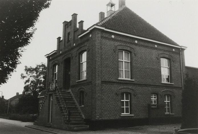 Foto: Het raadhuis van Escharen, gebouwd in 1876 op een foto uit 1986. Foto: Wies van Leeuwen, provincie Noord-Brabant