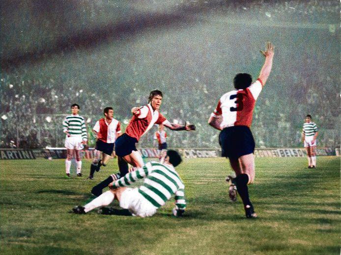 Feyenoord heeft gescoord in de finale van de Europacup I in 1970. Rinus Israel (3) juicht na de gelijkmaker, links Henk Wery. Uiteindelijk winnen de Rotterdammers met 2-1 van Celtic.
