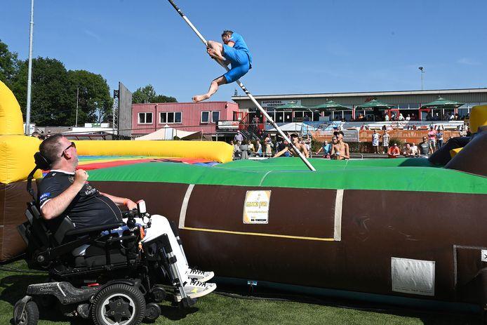 Peter van Voorst zelf was ook aanwezig en keek vanuit zijn rolstoel toe