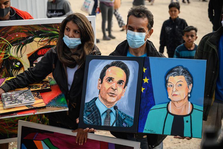 Vluchtelingen vragen actie van de Griekse premier Kyriakos Mitsotakis en Eurocommissaris Ylva Johansson. Beeld EPA