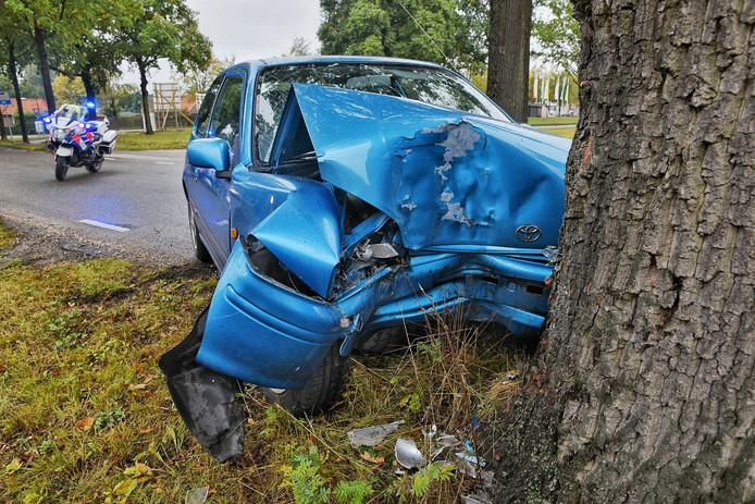 De bestuurder van de auto is met onbekende verwondingen naar het ziekenhuis gebracht.