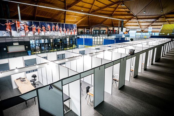 De priklocatie van de GGD Brabant Zuidoost in het Indoor Sportcentrum Eindhoven. De locatie is gereed voor het vaccineren van mensen tegen het coronavirus. De eerste inenting wordt vanaf 15 januari gezet waarbij het zorgpersoneel als eerste aan de beurt is.