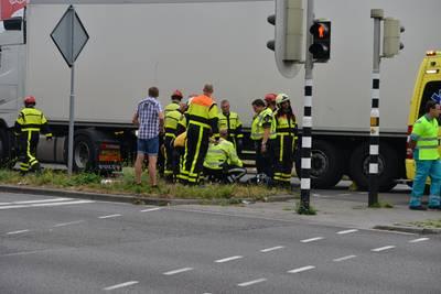 Fietser aangereden door vrachtwagen in Breda, traumaheli ter plaatse