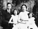 Queen Mother Elizabeth (rechts) met koning George VI en hun dochters Elizabeth (later Queen Elizabeth II, links) en Margaret Rose.