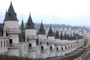 fotoreeks over Het leek een leuk idee: 732 identieke kasteeltjes naast elkaar